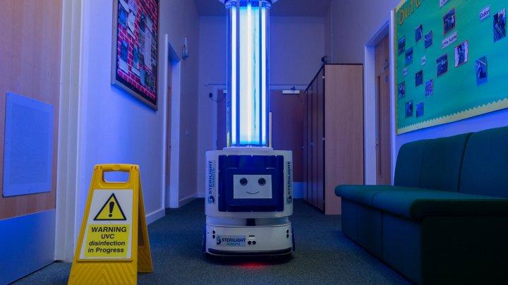 Comisia Europeană cumpără sute de roboţi pentru dezinfectare care vor fi trimişi la spitalele din ţările UE