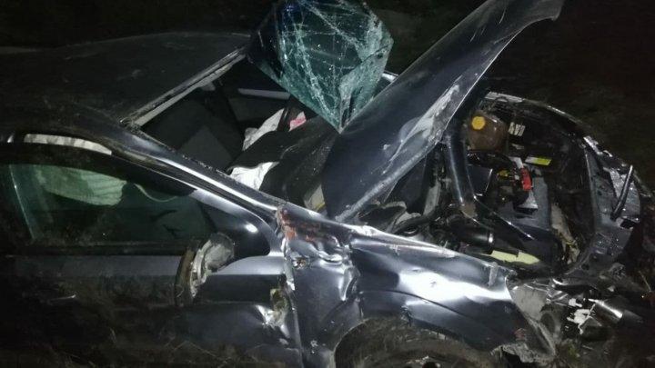 Accident violent la Merenii Noi. O mașină, lovită de tren (FOTO)