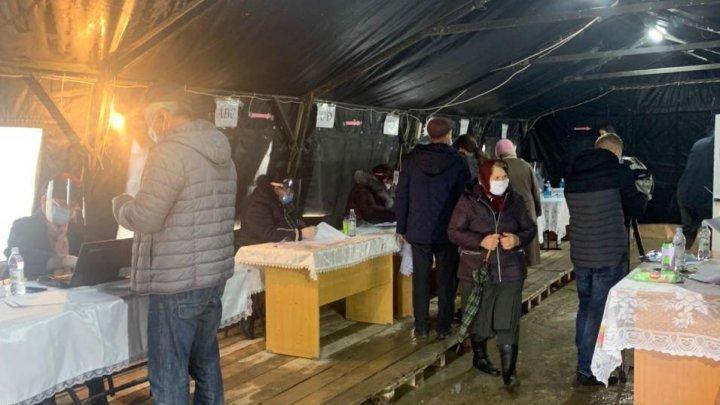 """În satul Cigîrleni, raionul Ialoveni, oamenii votează într-un cort special amenajat. """"Am ajuns să văd şi asta"""" (FOTO)"""