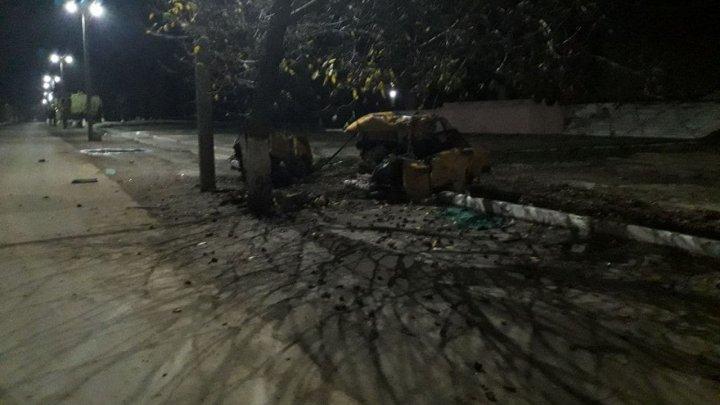 Accident TERIBIL. O mașină s-a RUPT ÎN DOUĂ, după ce s-a izbit de un copac