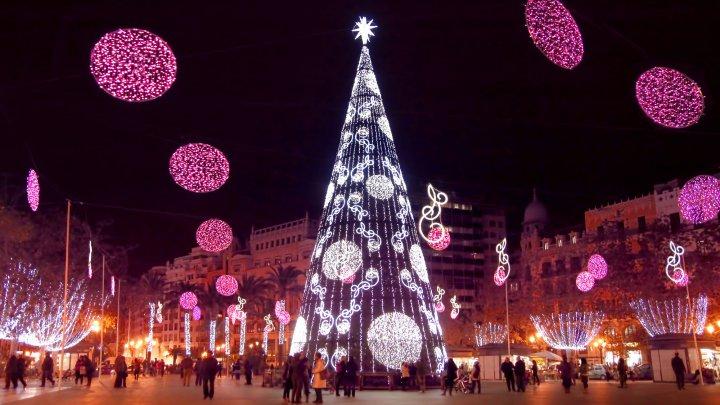 Atmosferă de poveste: În cele mai mari orașe din Spania a fost inaugurat iluminatul de Crăciun
