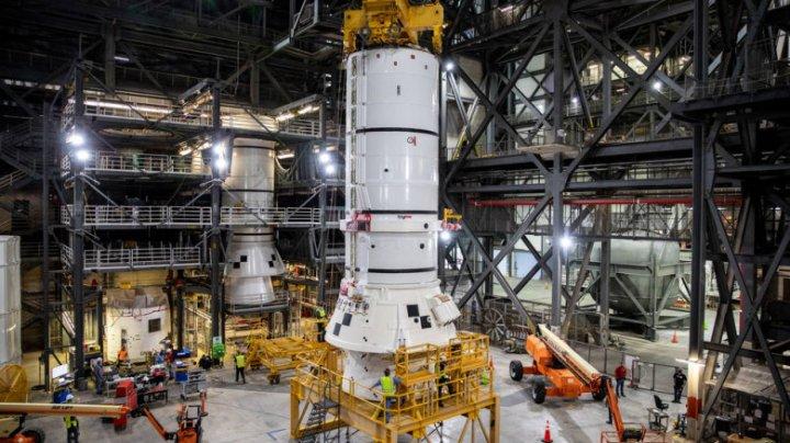 NASA a început să asambleze prima rachetă Space Launch System pe o platformă de lansare