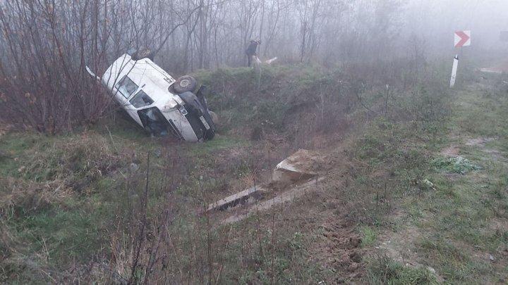 Accident pe traseul Hîncești-Rusca. Un automobil a derapat de pe carosabil și a ajuns într-un șanț (FOTO)
