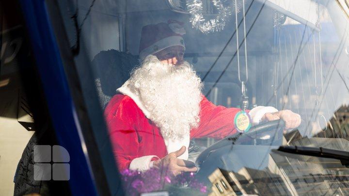 (FOTOREPORT) Moș Crăciun, la volanul troleibuzului, pe străzile din Capitală