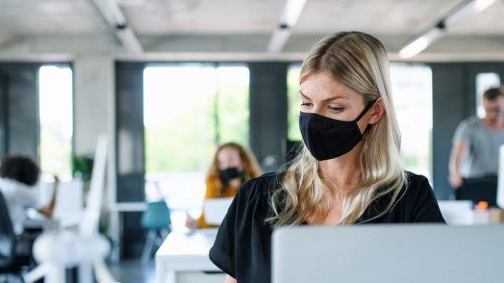 O companie acordă angajaților o primă de 1000 de euro pentru că poartă mască. Peste 150.000 de oameni vor primi acest bonus