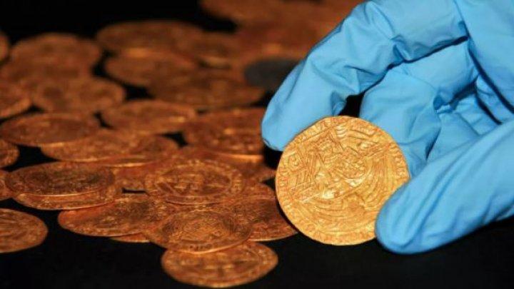 O familie din Anglia a descoperit în propria grădină un tezaur din monede de aur, din vremea lui Henric al VIII-lea (FOTO)