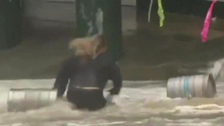 O femeie din Australia și-a riscat viața în timpul unei furtuni, pentru a recupera două butoaie cu bere (VIDEO)