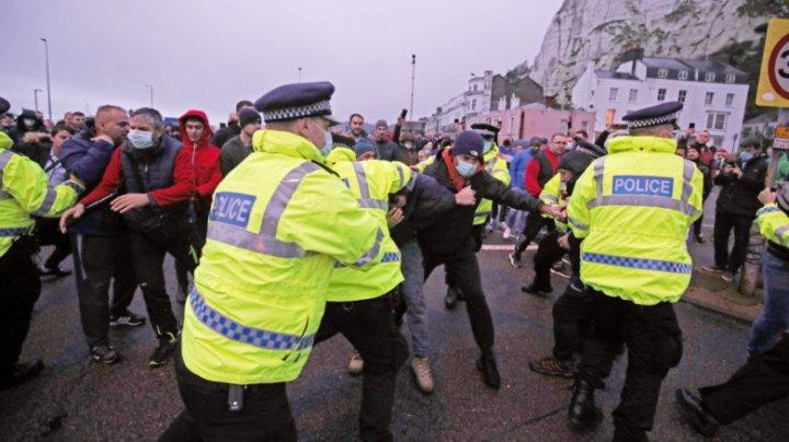 Haos la granița Marii Britanii cu UE. Șoferii de TIR s-au încăierat cu polițiștii în portul Dover, după ce au stat ore în șir în cozi (VIDEO)