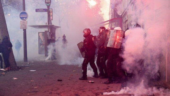 Proteste violente în Franța. Anarhiștii au distrus magazine, mobilier stradal, mașini