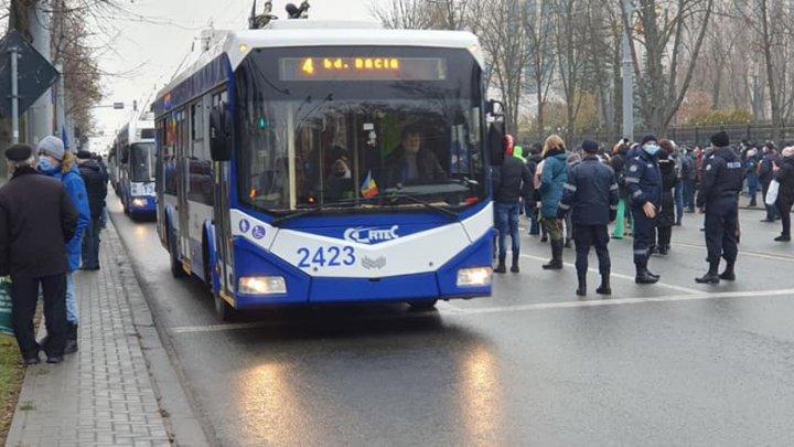 Mai multe rute de troleibuz și-au schimbat traseul din cauza PROTESTELOR de la Parlament. Vezi cum circulă