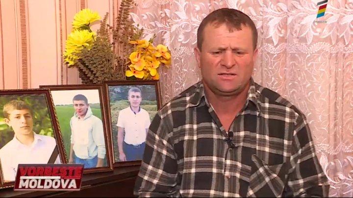 Moarte misterioasă la Năvârneț. Părinții unui tânăr găsit mort pe șosea cred că fiul lor a fost omorât