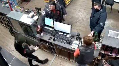 Indiferență fără limite! Momentul în care doi polițiști de frontieră se fac că nu observă cum un tânăr este îmbrâncit și amenințat cu un cuțit (VIDEO)