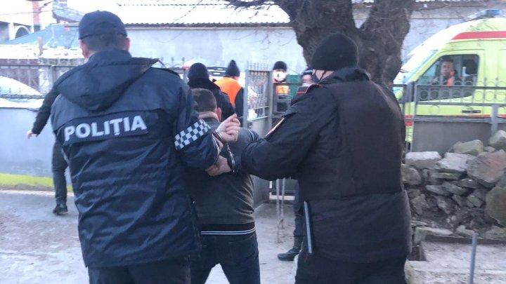 Incident pe o stradă din Comrat. Un bărbat beat şi agresiv a ameninţat câţiva carabinieri cu un topor