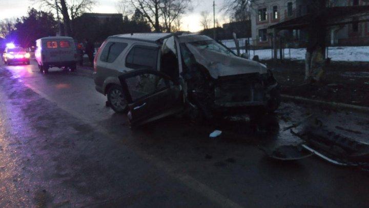 Accident grav în localitatea Olănești. Un poliţist a murit, iar altă persoană a ajuns la spital (FOTO)