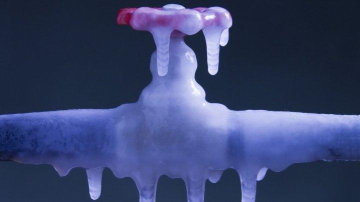 Mai mulţi locuitori ai Capitalei au rămas fără apă, după ce zeci de branşamente au îngheţat