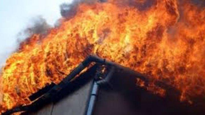 Exemplu de curaj în Rusia. Doi bărbaţi au salvat trei copii dintr-un incendiu, urcând pe ţeava de scurgere (VIDEO)