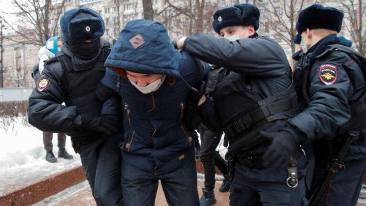 Poliţia din Moscova a început să facă arestări înaintea mitingului care urmează să aibă loc în capitala Rusiei, în sprijinul lui Navalnîi