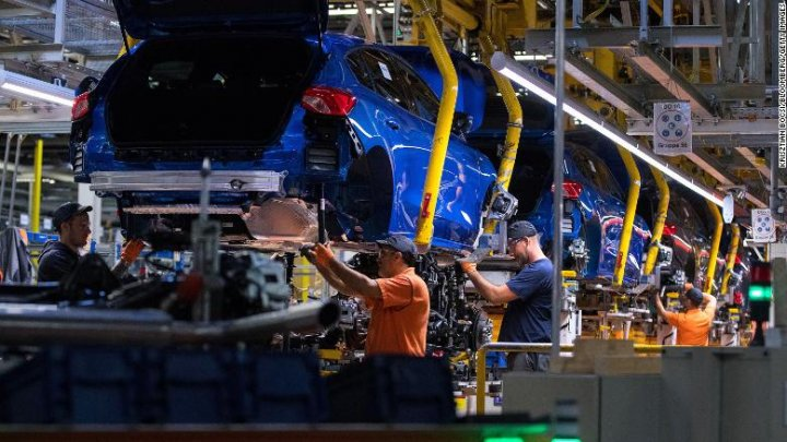 Marii producători de automobile sunt nevoiți să reducă sau chiar să oprească producția de mașini