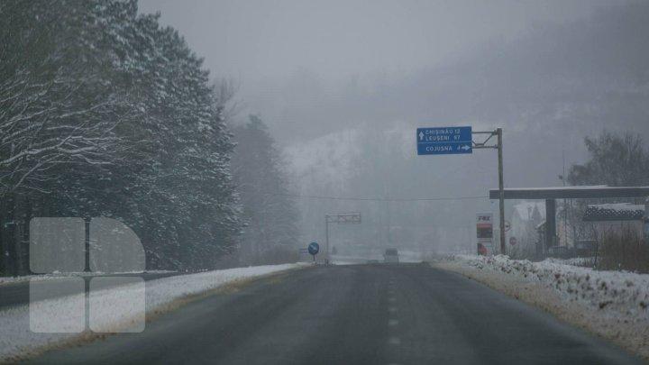 Codul portocaliu de ninsoare şi vânt puternic şi-a intrat în drepturi. Şoferii sunt îndemnaţi să circule cu prudenţă (VIDEO)