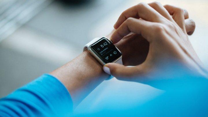 Smartwatch-urile ar putea depista COVID-19 cu mult timp înainte de apariţia primelor simptome