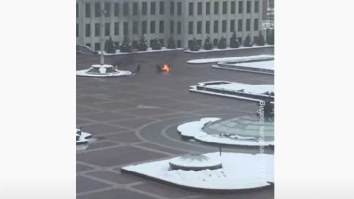 Un bărbat şi-a dat foc chiar în faţa sediului guvernului din Minsk (VIDEO)