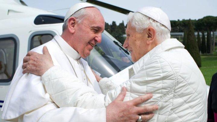 Papa Francisc și fostul suveran pontif Benedict al XVI-lea au fost vaccinați împotriva coronavirusului