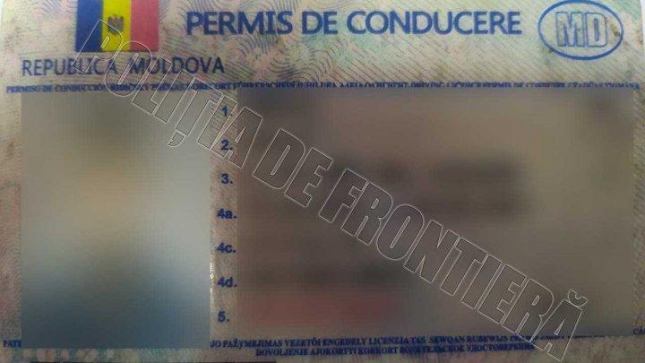 Doi moldoveni, prinşi la frontieră cu permise de conducere false. Cât au scos din buzunare aceştia pentru a procura actele