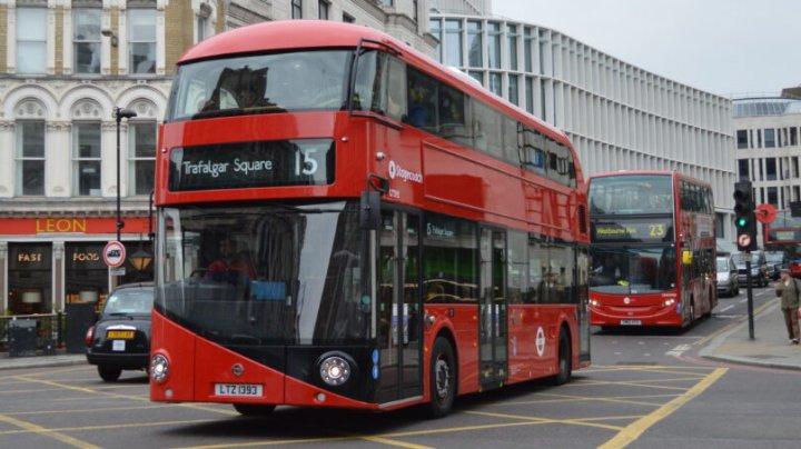 Din cauza numărului mare de cazuri Covid-19, autobuzele din Londra sunt transformate în ambulanțe improvizate