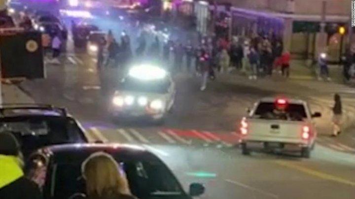 (VIDEO ŞOCANT) O mașină de poliție a intrat într-un grup de oameni pe o stradă din SUA. O persoană, târâtă sub vehicul