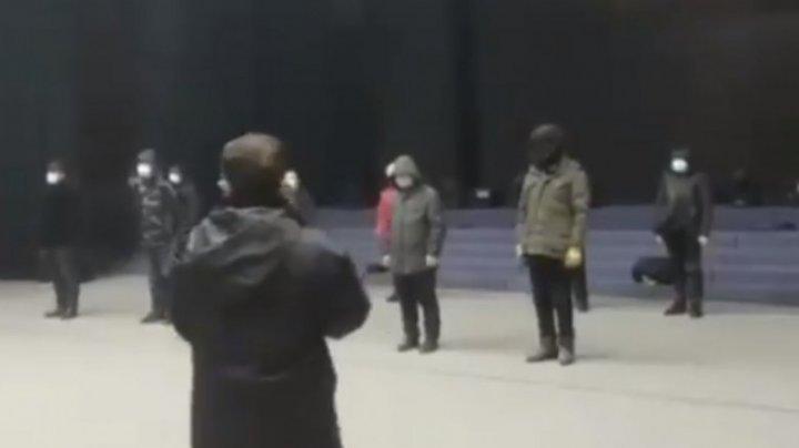Chinezii care încalcă ordinul de izolare la domiciliu vor fi criticați în mod colectiv de către forțele de securitate