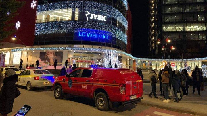 Alertă cu bombă într-un centru comercial din Capitală. Toţi vizitatorii, evacuaţi (FOTO/VIDEO)