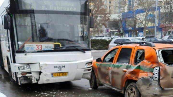 Accident în sectorul Botanica din Capitală. Un autobuz de rută s-a ciocnit cu o maşină a încasatorilor