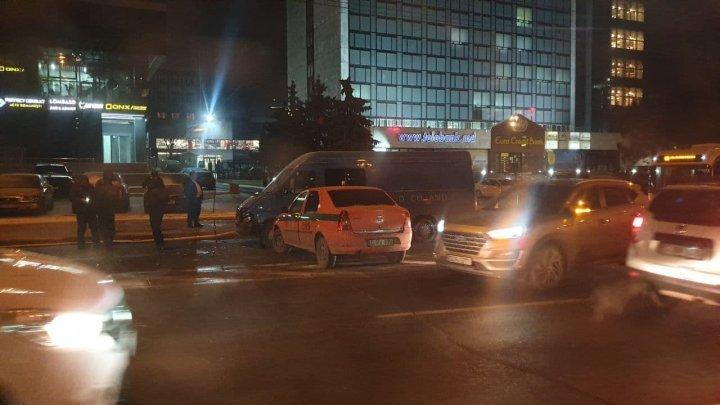 Accident în sectorul centru din Capitală. Un microbuz s-a ciocnit cu o maşină a încasatorilor (FOTO)
