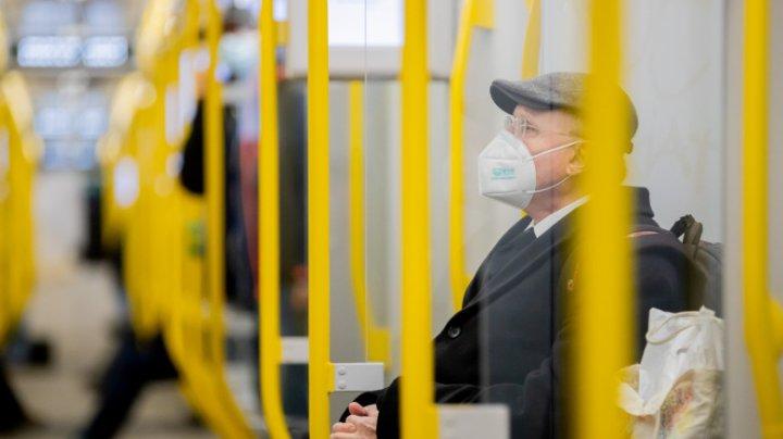 Călătorii cu transportul public din Barcelona, rugați să păstreze tăcerea pentru a limita răspândirea coronavirusului