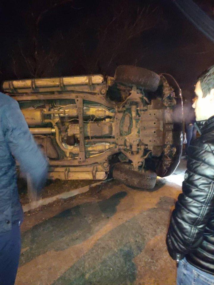 ACCIDENT CA ÎN FILMELE de ACȚIUNE. Un Land Cruiser S-A RĂSTURNAT pe o stradă din Capitală (FOTO)