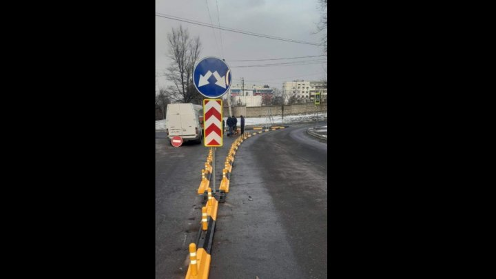 Deliniatoare de separare a benzilor, instalate la intersecţia străzilor Sprîncenoaia şi şoseaua Hânceşti din Capitală