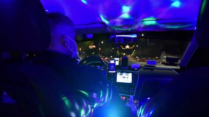 Un şofer de taxi din Grecia și-a transformat mașina într-un club de noapte (VIDEO)