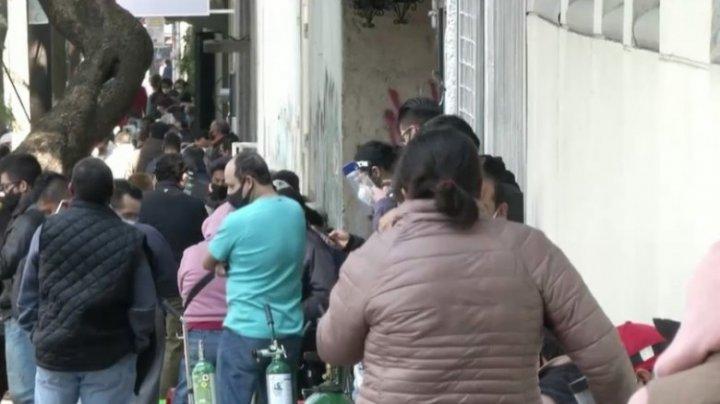 Opt ore la coadă pentru un tub de oxigen. Mexicanii recurg la soluții dramatice pentru a-și salva rudele bolnave de COVID