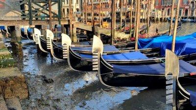 Imagini dezolante la Veneţia. Celebrele canale, care atrag turişti din întreaga lume, aproape au secat