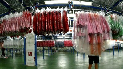 Câte ore rezistă COVID pe haine? Temperatura care ucide virusul la spălare, chiar și fără detergent