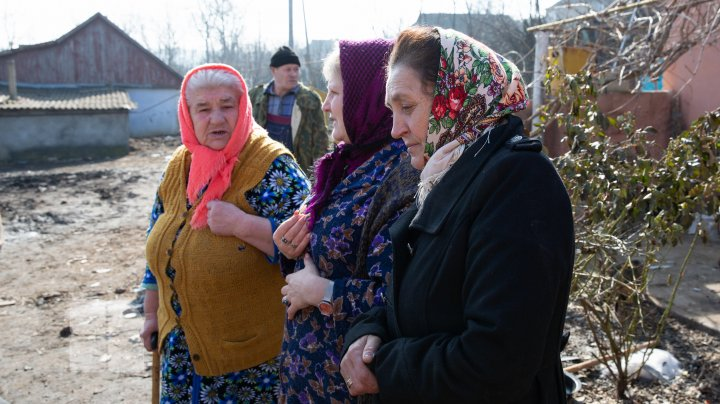 O autospecială venită să stingă un incendiu în satul Fîrlădeni, Căuşeni, a rămas blocată în noroi. Casa a fost mistuită de flăcări (FOTOREPORT)