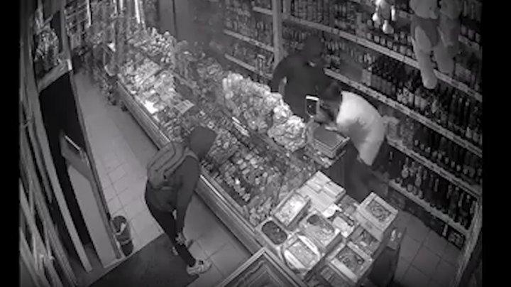 Atac tâlhăresc într-un magazin din Bălți. Vânzătoarea, agresată şi ameninţată cu un cuţit de doi tineri (VIDEO)