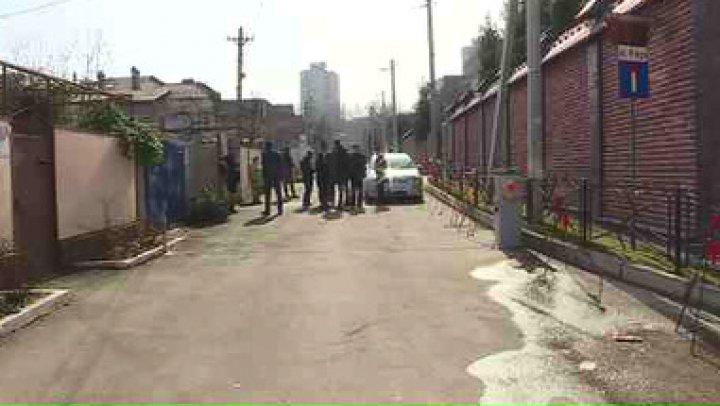 Scandal pe o stradă din sectorul Botanica al Capitalei. Pretura a cerut demontarea unei bare de acces