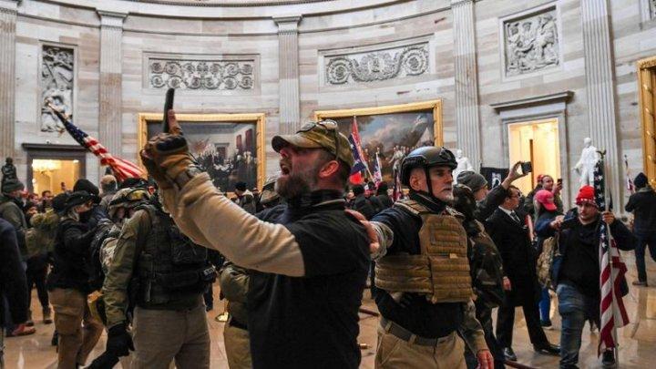 35 de ofițeri de poliție sunt investigați în legătură cu violențele de la Capitoliul SUA