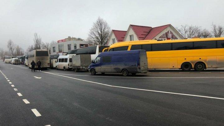 Trafic intens în punctul de trecere a frontierei Cahul. Zeci de microbuze şi autocare au format o coloană la ieşirea din ţară (FOTO)