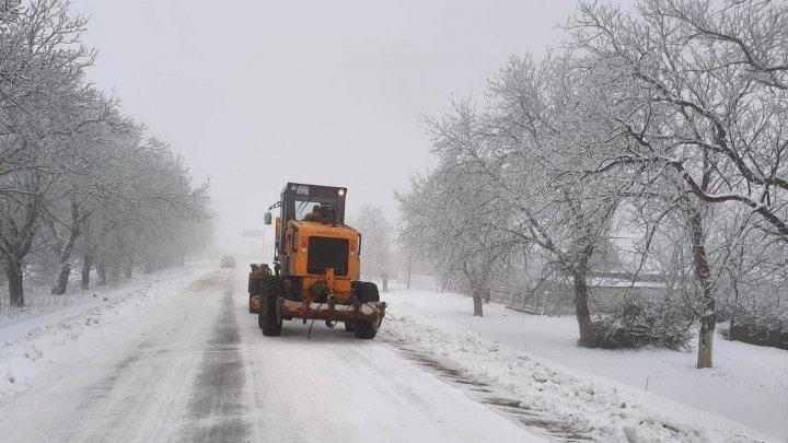 Deszăpezirea și combaterea lunecușului pe traseele naționale continuă în regiunile unde este necesară intervenția drumarilor