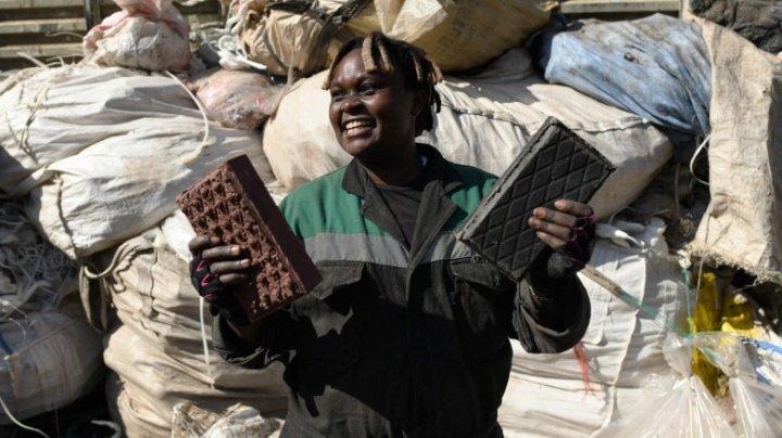 Din dorința de a proteja mediul, o tânără reciclează ambalaje din plastic și face cărămizi mai rezistente ca cimentul