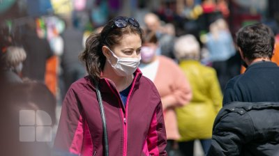 După un an de luptă cu pandemia, moldovenii continuă să se teamă pentru vieţile lor şi ale celor apropiaţi