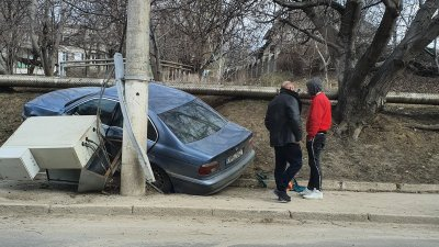 Accident pe o stradă din orașul Durlești. Un șofer a intrat cu mașina într-un pilon de electricitate (VIDEO)