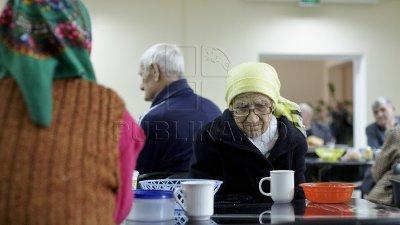 Sute de bătrâni și persoane nevoiașe, nemulţumiţi de calitatea prânzurilor sociale